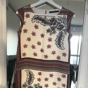 Säljer denna supersöta klänning från zara! Har tyvärr blivit för liten för mig så den är sparsamt använt.