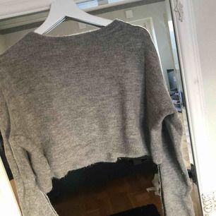 Säljer denna fina stickade tröja från Zara. Är en croppad modell som blir superfin till ett par byxor med hög midja.