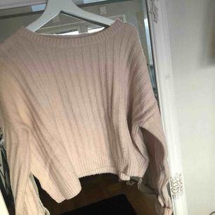 Säljer denna mysiga stickade tröjan i puderrosa från H&M. Passar perfekt nu när det är kallt ute!