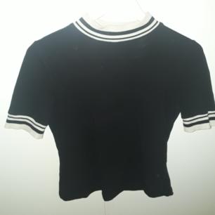 Säljer polo t-shirt från Monki, stl S, en av mina dåvarande favoriter. Fraktkostnad tillkommer vid frakt. Väger 139g vilket är 30 kr i frakt. Finns på Teleborg i Växjö, kan mötas i Växjö.