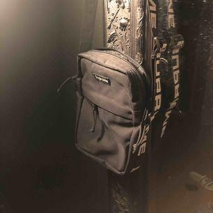 Supreme shoulderbag cond 8/10 säljer pga för lite användning  Pris går att diskutera och köparen står för frakt alt hämtas i Norrköping