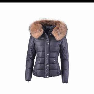 En rock and blue jacka i färgen svart, äkta jacka med äkta päls. Kan gå ner i pris vid snabb affär. Använd ett fåtal gånger och den är i väldigt bra skick! Nypris: 3500