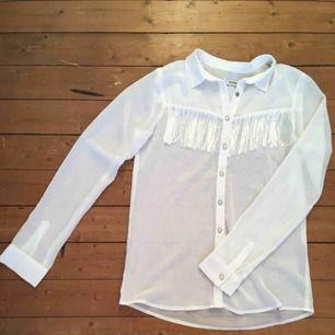 Halvtransparent skjorta med fransar i strl. S. Från pull & bear, i fint skick!  Kan mötas upp i Stockholm, annars står köparen för frakt.