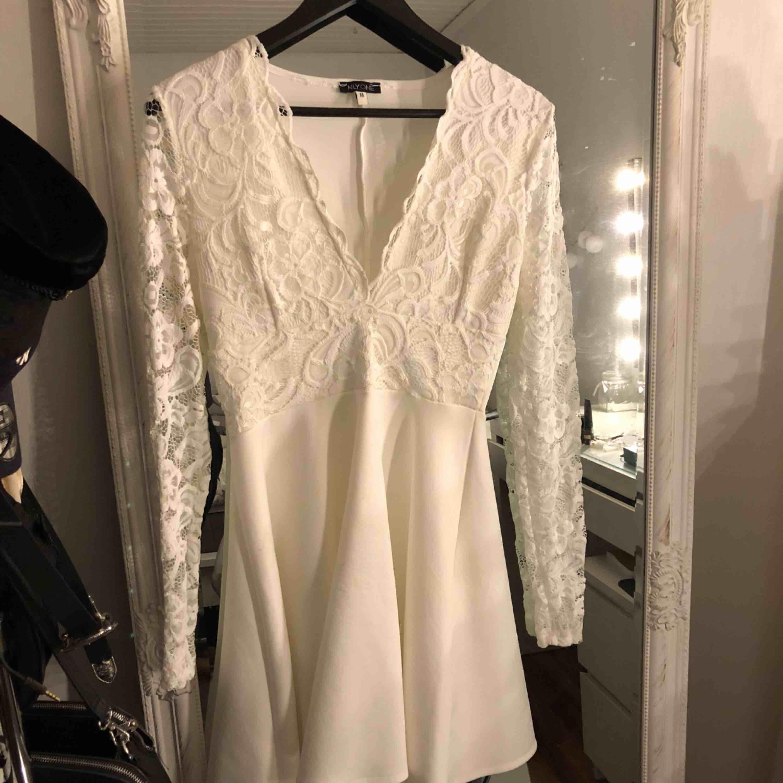 Jättefin klänning, använd en gång - lite nopprig bilder på de. Frakt tillkommer.. Klänningar.