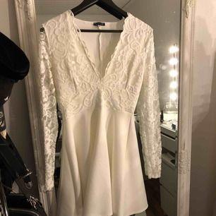Jättefin klänning, använd en gång - lite nopprig bilder på de. Frakt tillkommer.