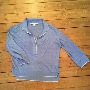 Blå tröja från &other stories. Litet hål (se bild), annats i fint skick.  Kan mötas upp i Stockholm, annars står köparen för frakt.