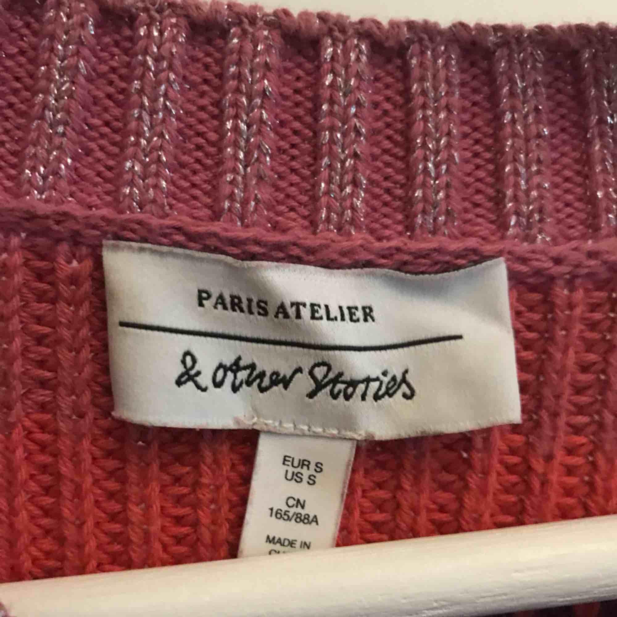 Jättefin stickad tröja från &Other Stories (Paris Atelier). Sparsamt använd, säljer pga passar inte min nuvarande hårfärg. Kan mötas i Gbg eller köpare står för frakt! . Stickat.