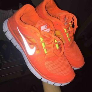 Nike skor, nästan som nya dessa är använda max 2 gånger intill nya, fraktar men du står för frakten:)