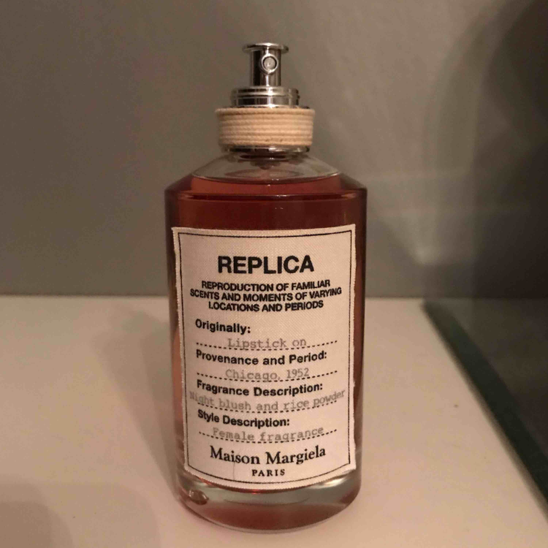 Parfym REPLICA  - Maison Margiela. 100 ml cirka 95ml kvar om inte mer. EdP. Frakt ingår. . Accessoarer.