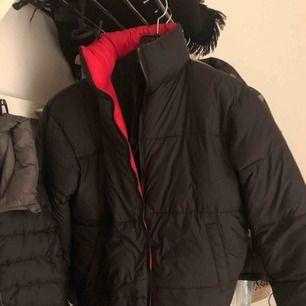 Perfekt vinterjacka från NA-KD.  jackan har dessutom en röd och en svart sida så du får 2 jackor i ett. Aldrig använd prislappen sitter kvar.   Ordinarie pris 899:-  Säljer pga att den ej passar mig. Kan mötas upp i Helsingborg.