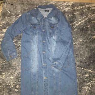 Säljer en jeans jacka endast använd 3 gånger knappast det. Storlek L. Jeans jackan är lång. In köping 499kr .