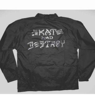 Thrasher Skate & Destroy Coach Jacket aldrig använd helt ny, riktigt bra pris!! säljes pga flytt! frakt 65kr (köpt för 700)