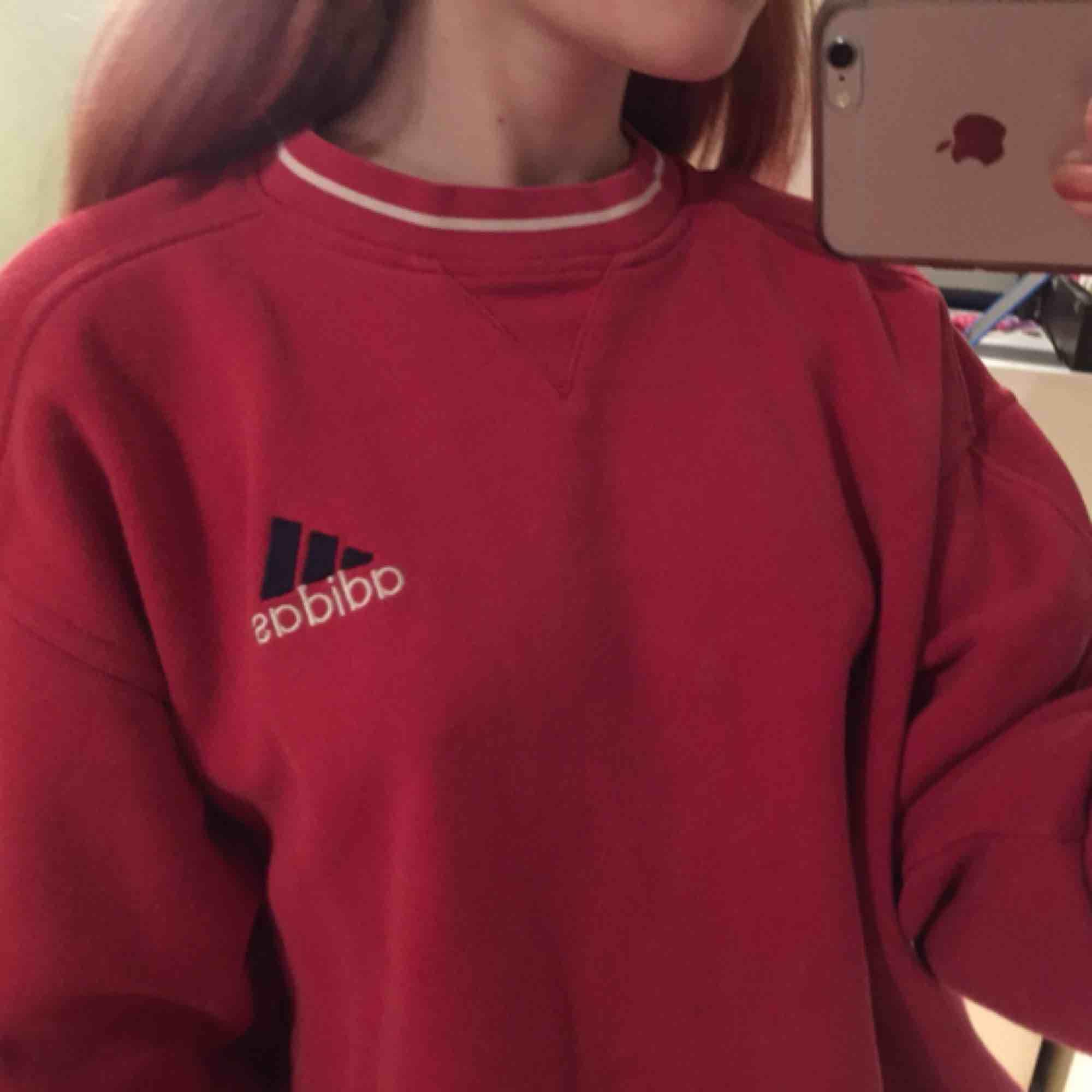 Retro adidas sweater, jätte mysig och oversize. Huvtröjor & Träningströjor.
