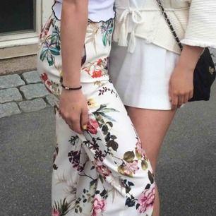 Våriga blommiga kostymbyxor