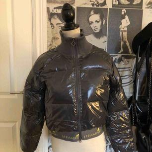 Knappt använd Stella McCartney x Adidas puffer jacket. Nypris ca 1200 kr.