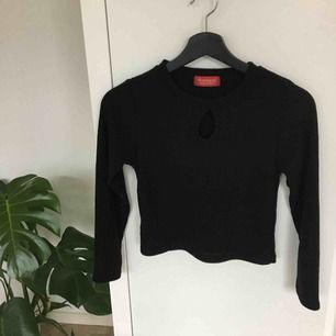 En jättesnygg lite croppad tröja med ett litet hål över brösten! 🍑Den är så fin och ribbad så den är stretchig! Den är också lite stylish med det hålet och passar till allt!🔥🔥Köparen står för frakt