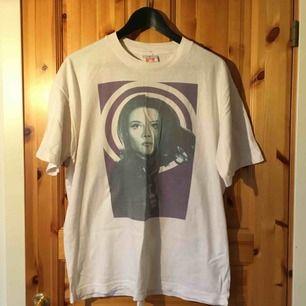 vit t-shirt i large med tryck på, köpt på second hand