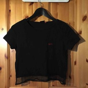 svart kort tröja med broderat 666 & mesh-kant. har broderat själv, antar att det går att sprätta bort om man vill.