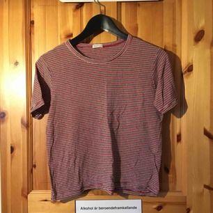 randig tröja från brandy melville. normal längd, stretchig & mjuk!