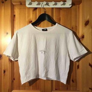"""avklipp t-shirt med broderat """"ugly"""""""