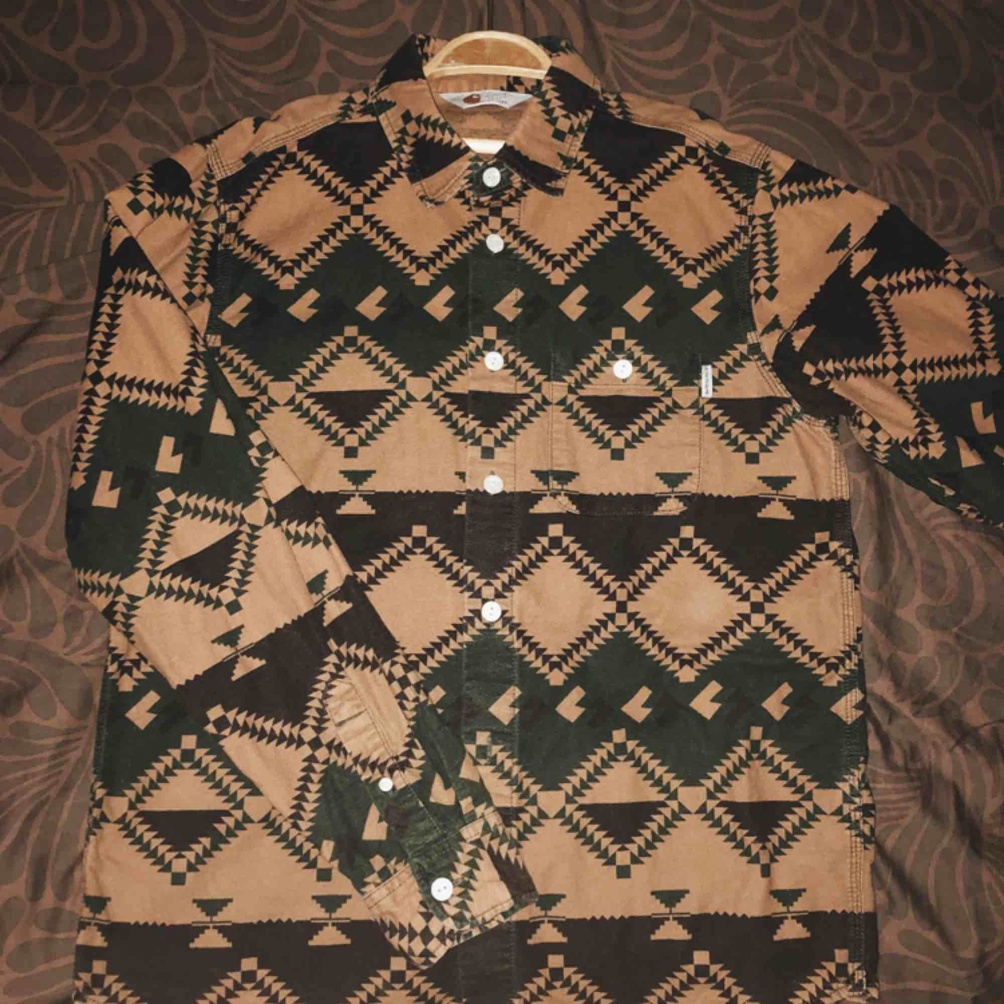 Carhartt skjorta i storlek M herr men sitter snyggt lite oversized på mig som är en small. Jättefin och i gott skick!  Nypris 849kr  Frakt tillkommer :) . Skjortor.