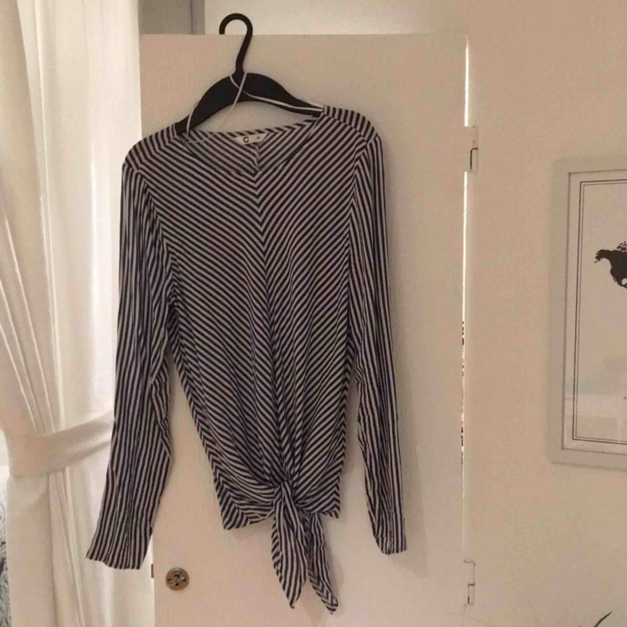 Randig blus med knytning från cubus, använd en gång. Betalas med swish, 20kr +frakt. Fråga gärna om fler bilder eller annat ni undrar över!. Blusar.