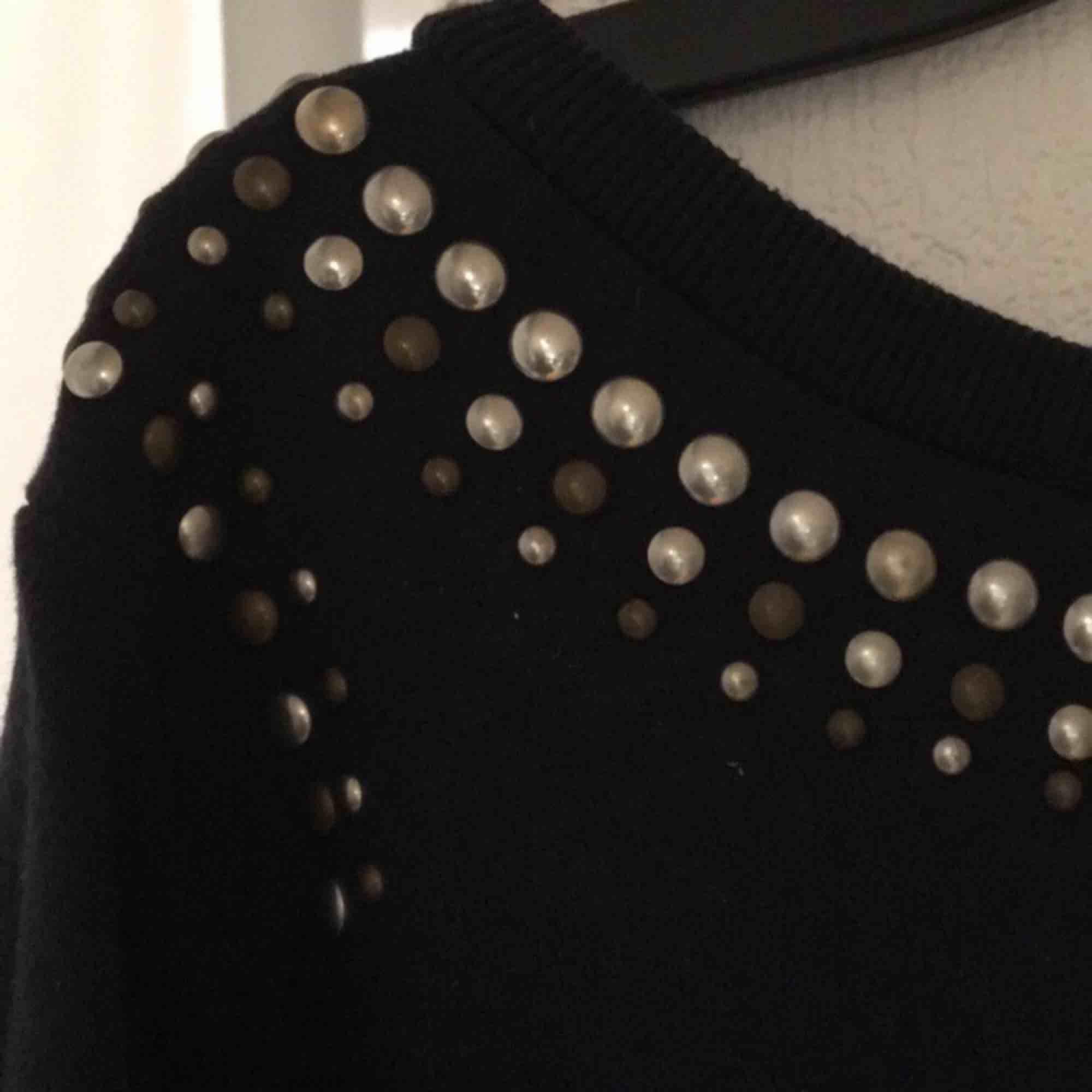 Mörkblå tröja med 3/4ärmar och nitar/pärlor runt urringningen. Betalas med swish, 20kr +frakt. Fråga gärna efter fler bilder eller annat ni undrar över!. Tröjor & Koftor.