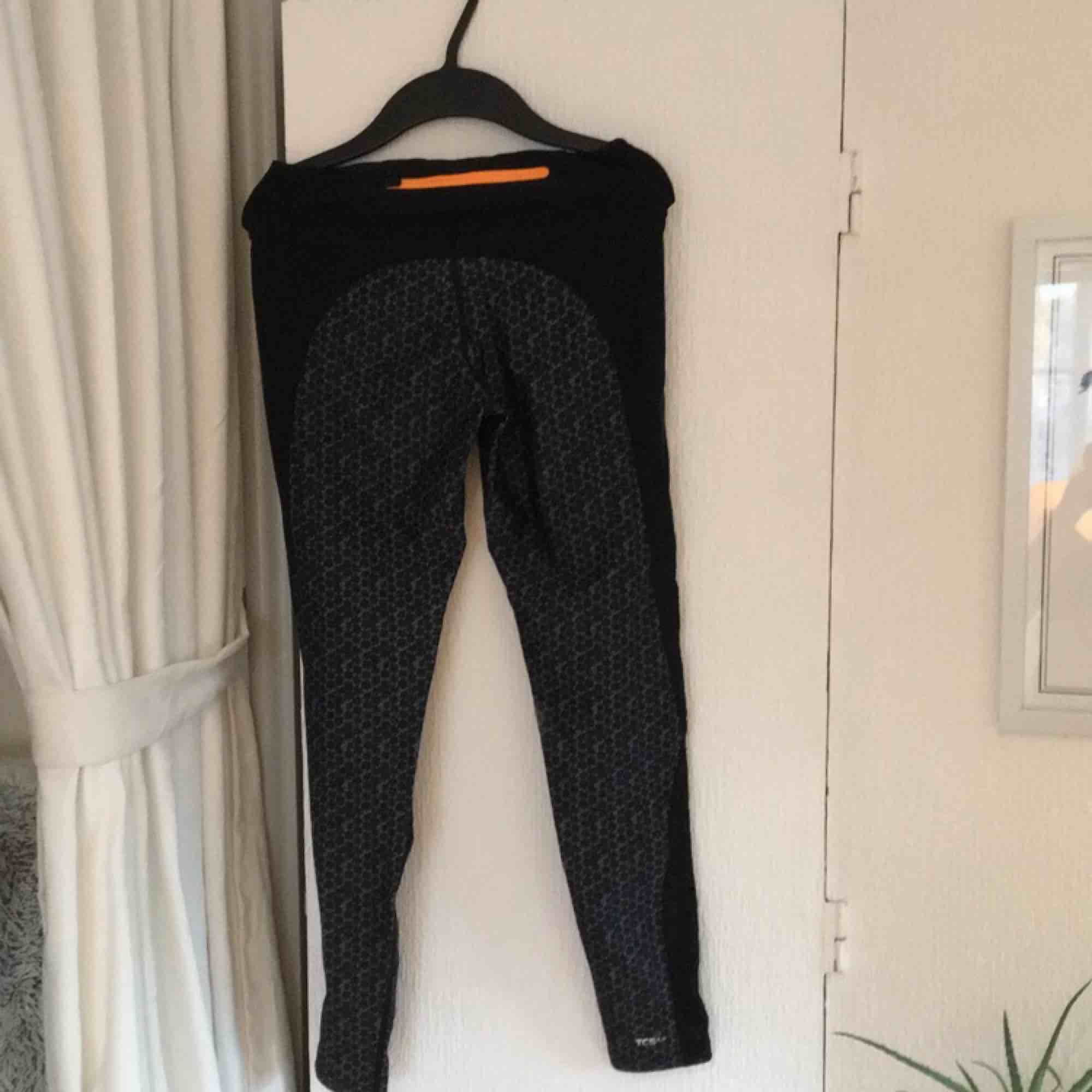 Springtights med grått/svart mönster från soc. Lite slitna vid insidan av ena knäet pga ett knäskydd. Betalas med swish, 20kr +frakt. Fråga gärna frågor!. Jeans & Byxor.