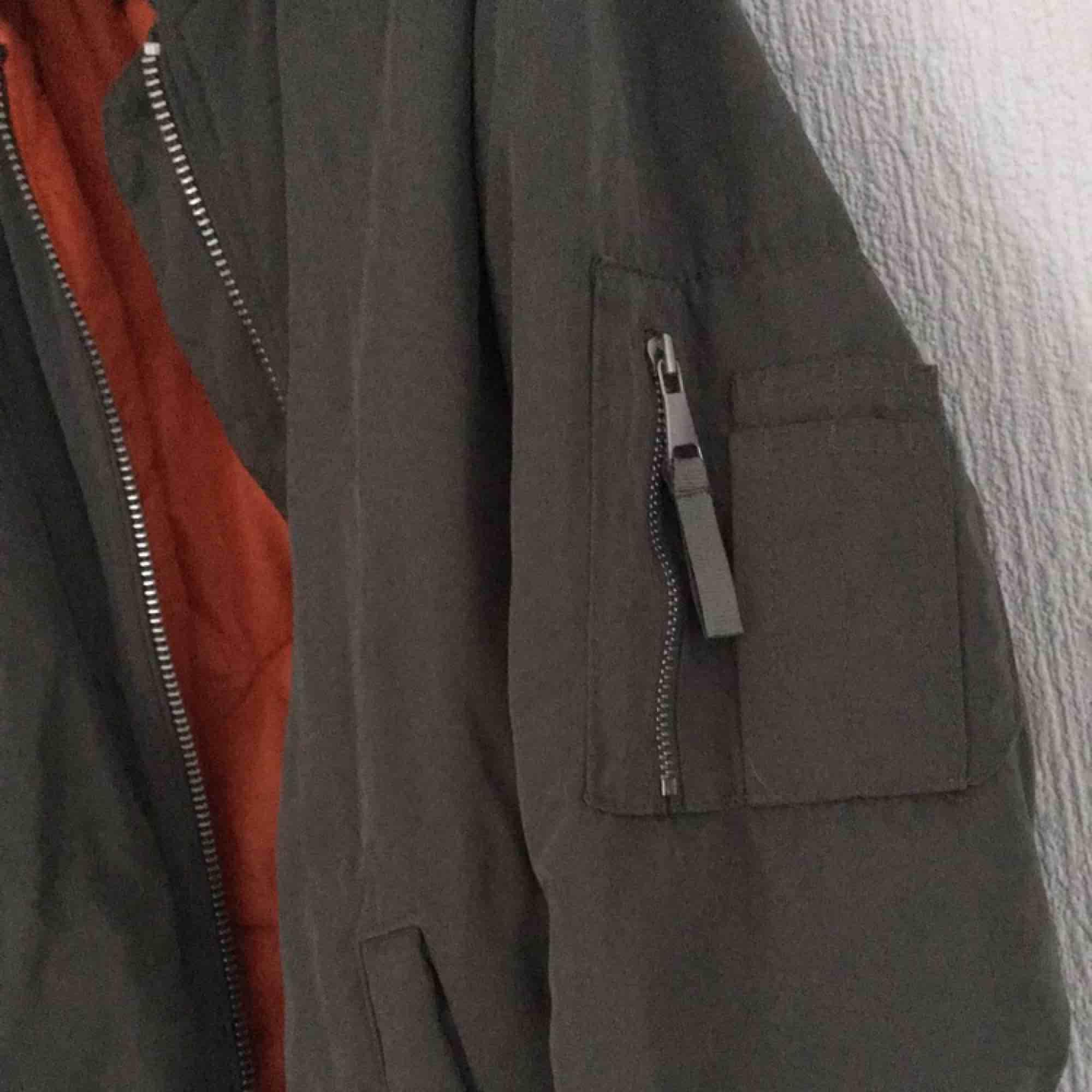 Militärgrön bomberjacka från bikbok, knappt använd. Betalas med swish, 70kr +frakt. Fråga gärna frågor!. Jackor.