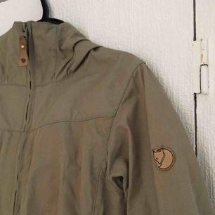 Tunn grönbeige jacka från fjällräven. Är XXS men eftersom fjällrävens kläder är ganska stora i storleken passar den även XS. Betalas med swish, 800kr +frakt. Fråga gärna om fler bilder eller annat ni undrar över!