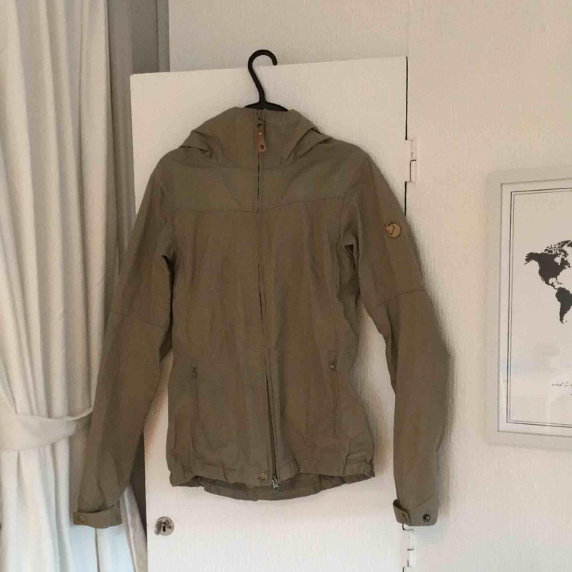 Tunn grönbeige jacka från fjällräven. Är XXS men eftersom fjällrävens kläder är ganska stora i storleken passar den även XS. Betalas med swish, 800kr +frakt. Fråga gärna om fler bilder eller annat ni undrar över!. Jackor.