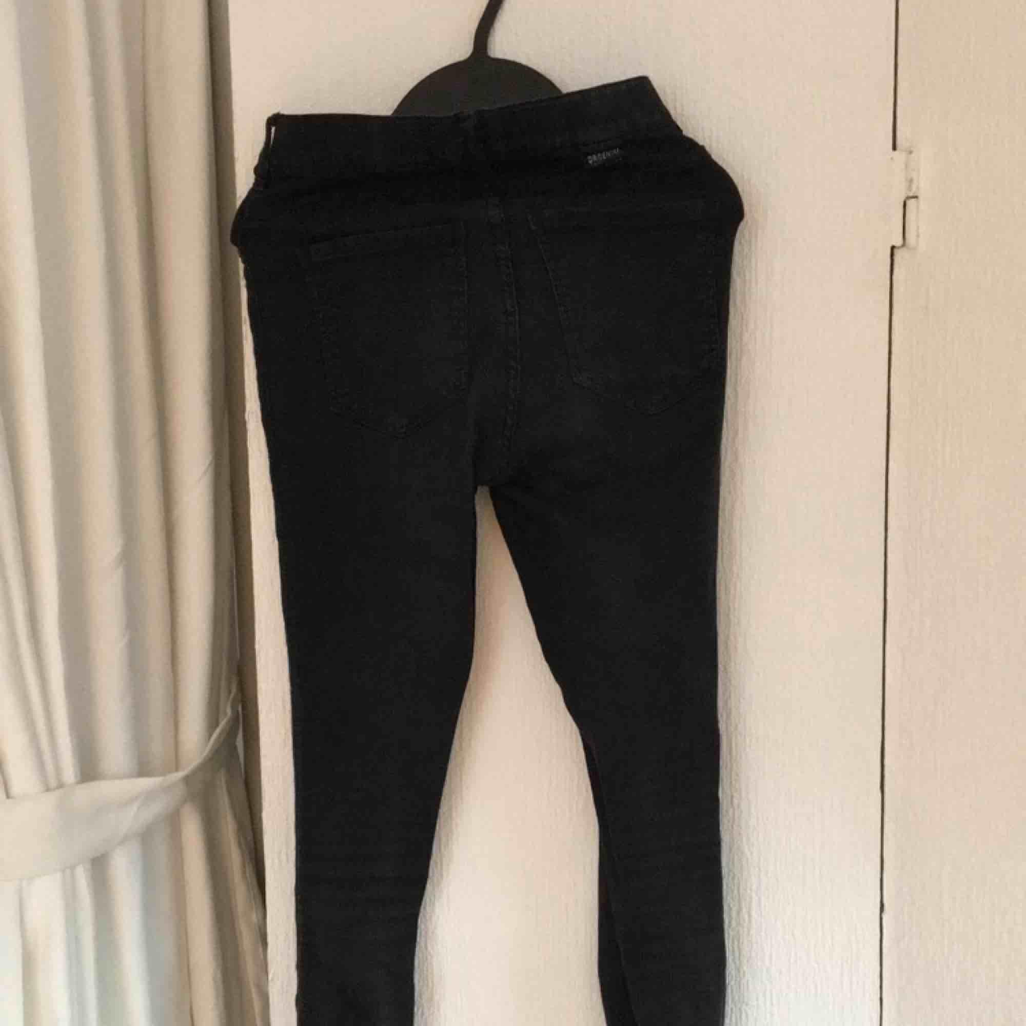 Svarta högmidjade dr. Denim jeans. De är ganska använda så dom har blivit lite urtvättade och en söm på bakfickan har gått sönder (dock enkelt att laga), annars är dom i fint skick. Betalas med swish, 30kr +frakt. Fråga gärna frågor!. Jeans & Byxor.
