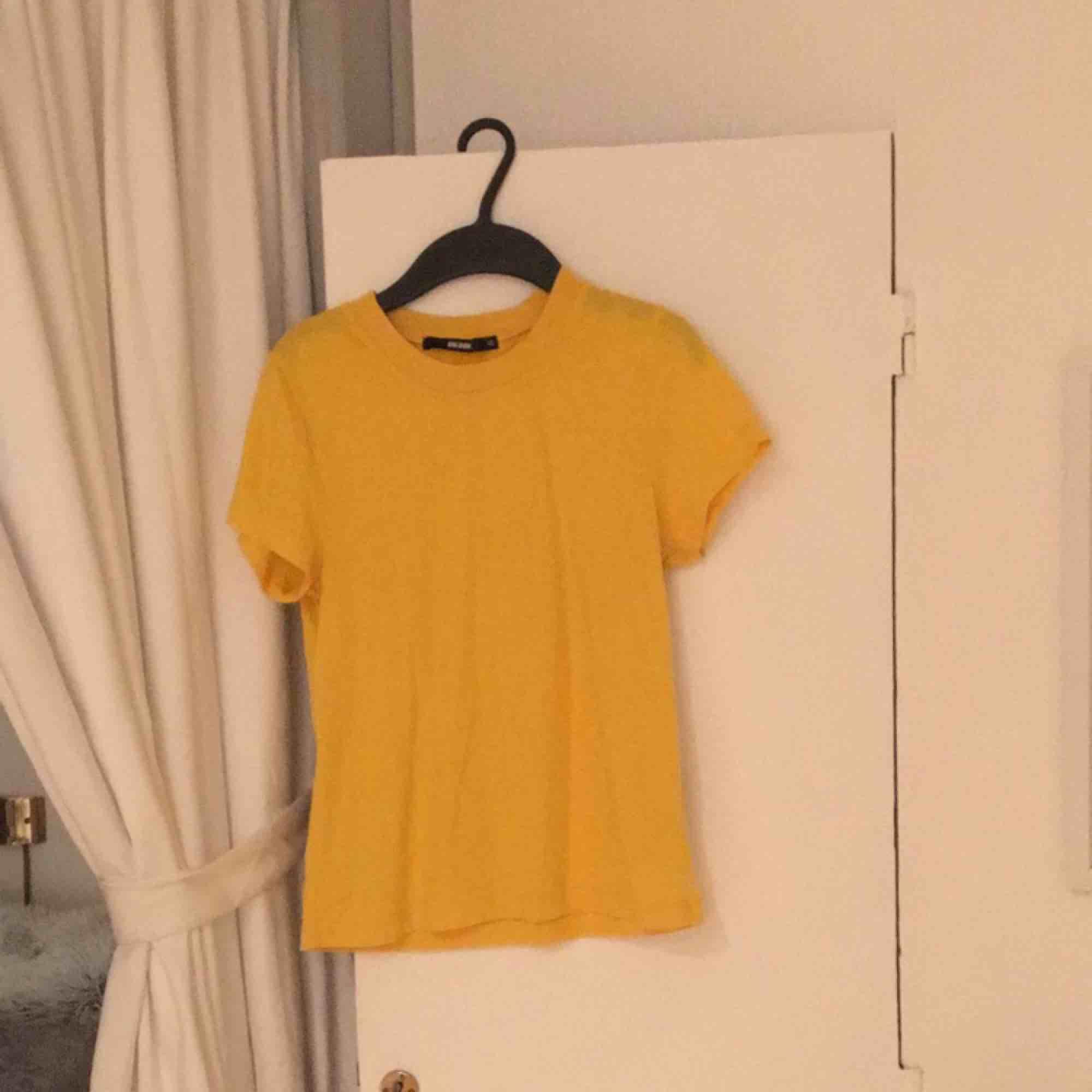 Gul t-shirt från bikbok, knappt använd. Betalas med swish, 20kr +frakt. Fråga gärna frågor!. T-shirts.