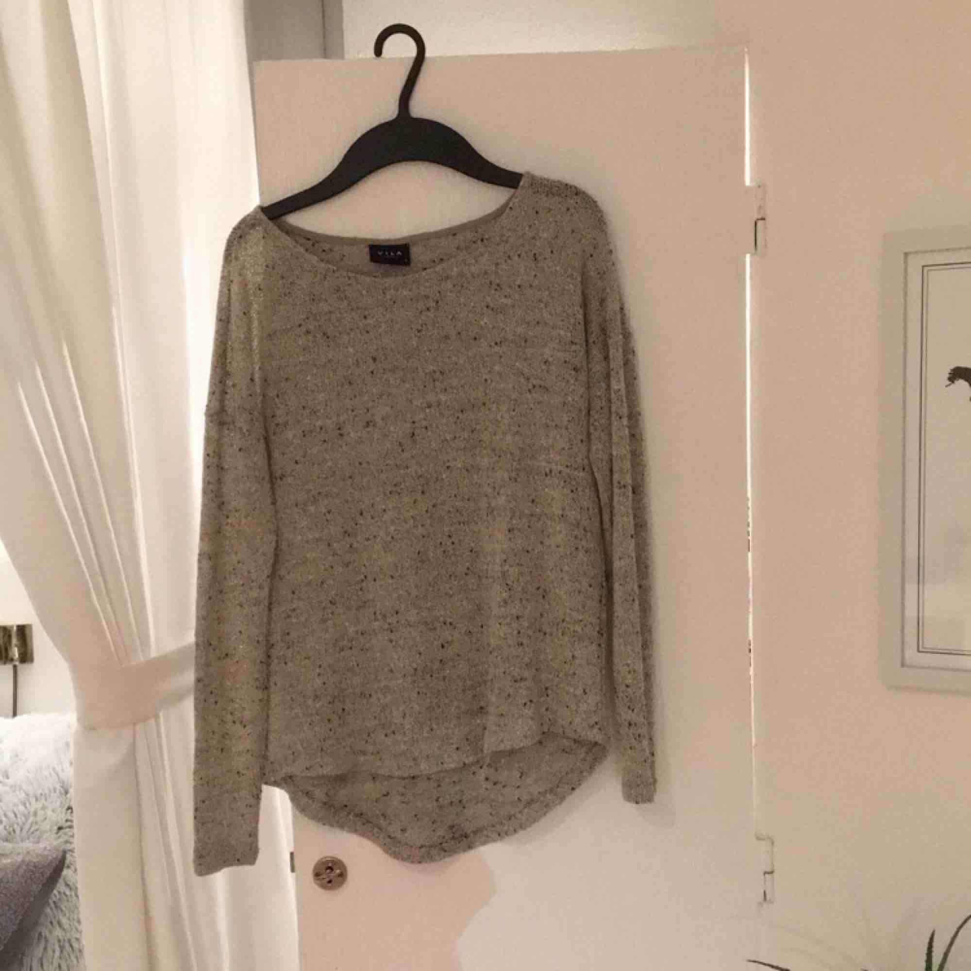 Skön stickad tröja från vila. Den är storlek M men passar lika bra till en S. Betalas med swish, 20kr +frakt. Fråga gärna frågor!. Stickat.