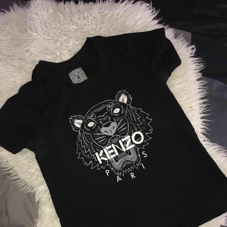 En kenzo T-shirt, super snygg.. T-shirts.