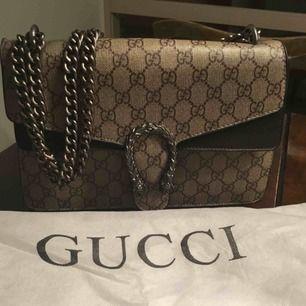 En fejk Gucci väska använd några gånger , väldigt fin dragkedjan på insidan funkar men den kan dela sig därav mitt pris är låg. Köparen betalar frakt om den ska skickas .