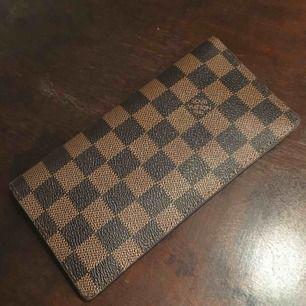 Väldigt fin fejk Louis Vuitton plånbok använt lite . Köparen betalar frakt om den ska skickas ..