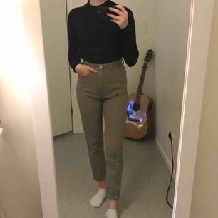 FRAKT INKLUDERAT I PRISET!!  Taupe/beige mom jeans från PrettyLittleThing. Använda endast en gång.  Tar ej ansvar efter den skickats! 😊