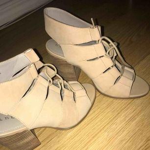 Superfina skor aldrig använda från usa. Nypris 1000 säljer för 500 köparen betalar frakt eller möts upp.