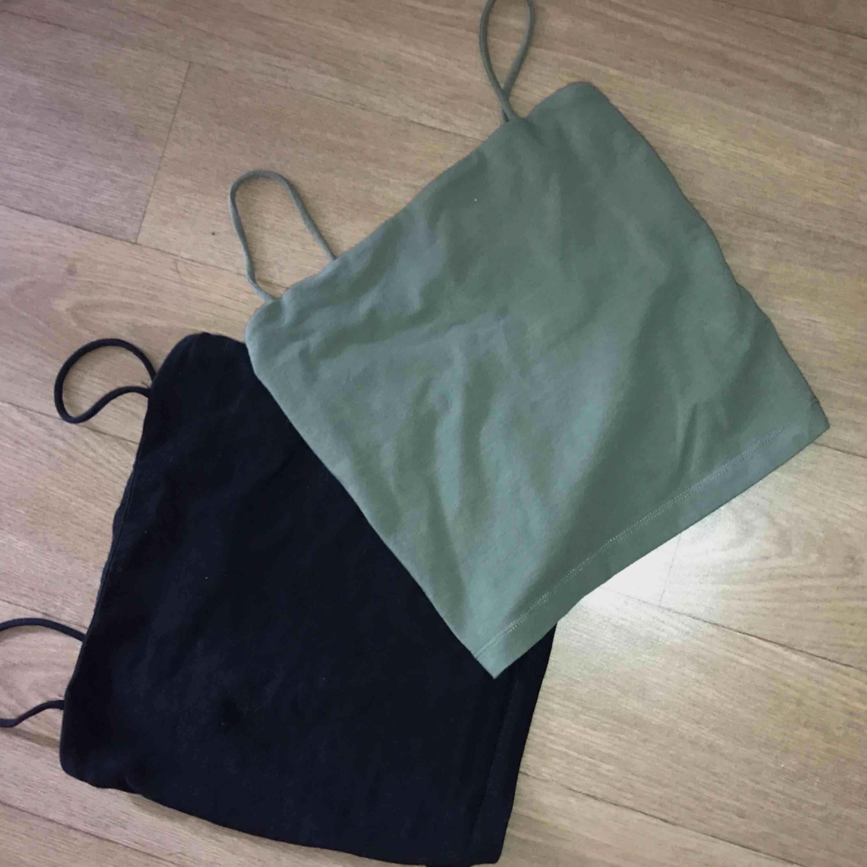Dem trendiga linnen i svart & militär grön färg. Den gröna är lite mörkare i verkligheten. Super snygga,  90kr st , båda för 150kr . Toppar.