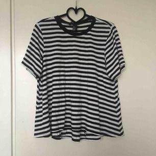 Skön svart och vit randig T-shirt från hm