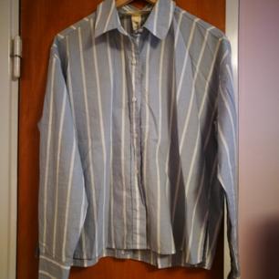 Blå-vitrandig skjorta från L.O.G.G. Jättefin lite vidare modell, helt nyskick