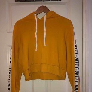 skön, lite kortare, hoodie från bik bok med tryck på ärmarna. Passar en S så som M. Säljer pga för många hoodies.  Möts upp i stockholmsområdet annars kan jag frakta men då står köparen för frakt :)
