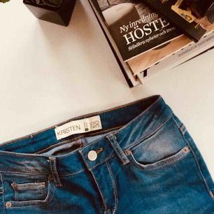 Tighta Jeans från Gina Tricot i modellen Kristen, nypris 599, ALDRIG ANVÄNDA. Har en liten dragkedja längst ner i varje byxben.   Tar gärna swish, pris går alltid att diskutera :)
