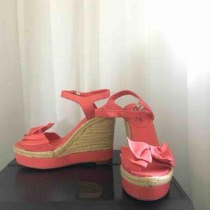 Blandade skor i storlek 37. Sparsamt använda och mycket bra skick. Kan mötas upp i göteborg, fraktar helst bara ett par i taget då det blir väldigt dyrt att köpa en enorm låda;). 50kr styck eller 80kr för båda