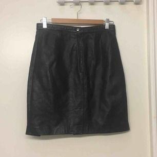 DÖSNYGG svart läderkjol köpt på beyond retro för ett par veckor sen. Tycker om den jättemycket men den är för liten :( Möts upp i Sthlm