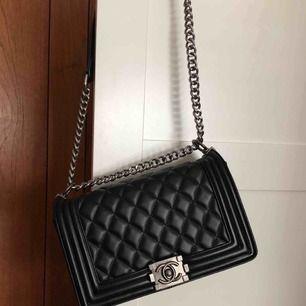 Chanel boy bag i äkta läder, söker ny ägare 🍒 frakt ingår. Obs AA-kopia