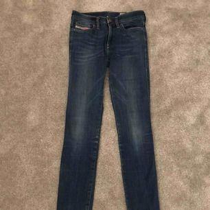 Ett par slimfit jeans från Diesel! De har används vid väldigt få tillfällen av mig -en fin kvalité. Ordpriset är ca 500kr. Köparen står för frakten. Hör av dig om du har frågor🌸