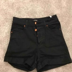 Ett par högmidjade shorts från märket monki. Hör gärna av er med funderingar om det finns, köparen står för frakten.