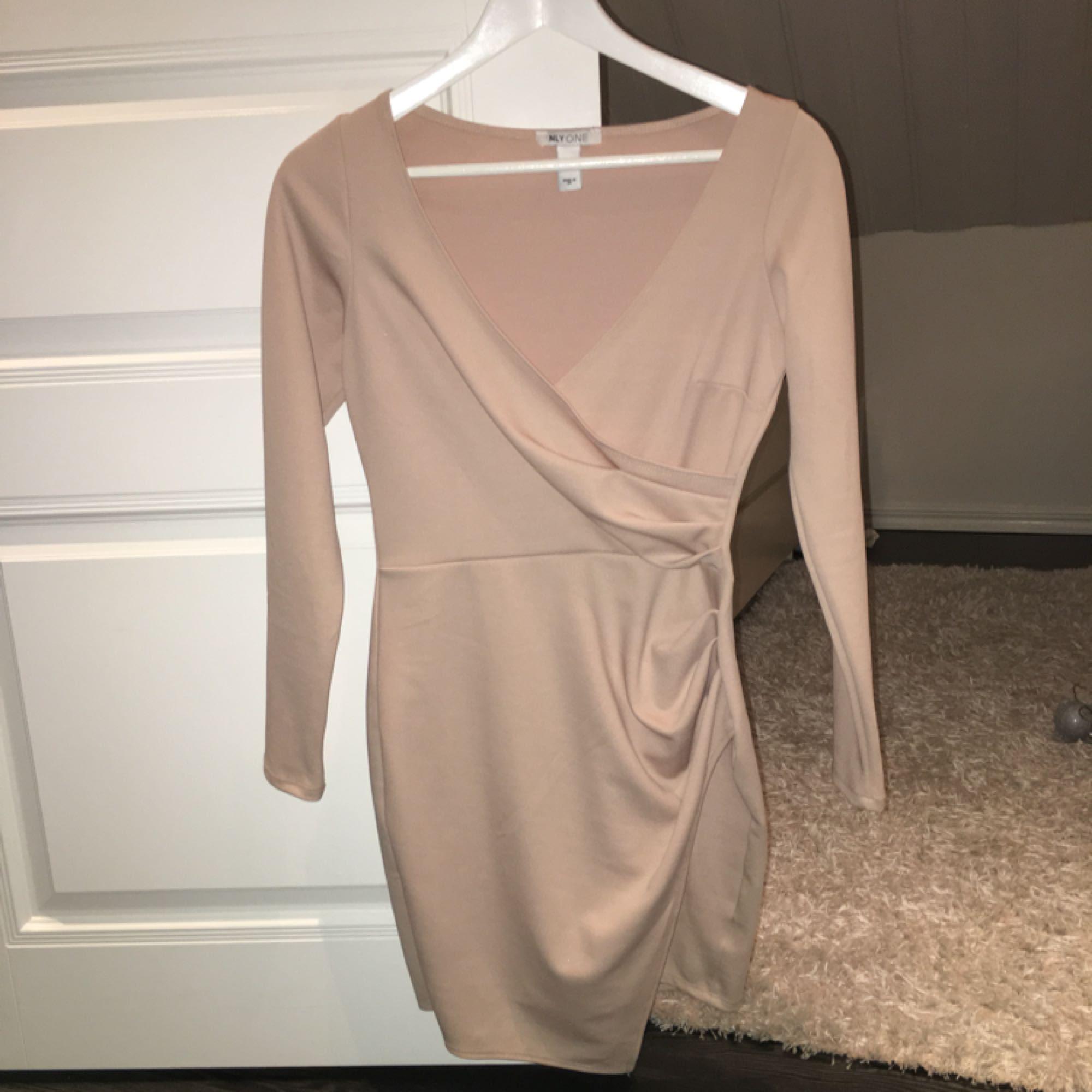 Beige/rosa klänning från Nelly.com, aldrig använd . Klänningar.